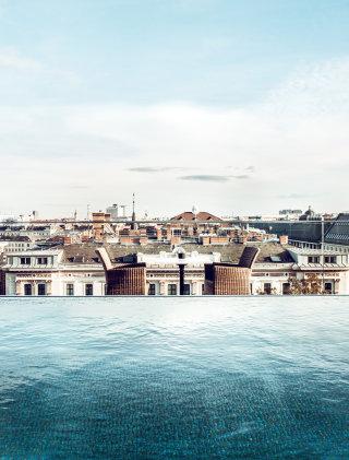 Vom Rooftop Pool blickt man direkt auf die Dächer Wiens.