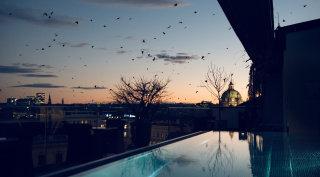 Der Grand Ferdinand Rooftop Pool bei Sonnenuntergang in Wien.
