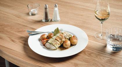 Kabeljaufilet im Zucchinimantel auf Peperonata mit Oliven und Lorbeerkartoffeln.