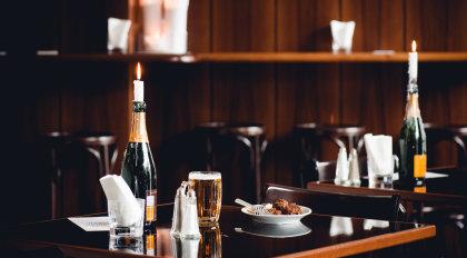 Gulasch und Bier auf einem Tisch im Gulasch und Champagne.