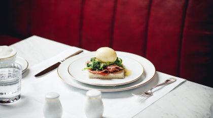 Wiener Beinschinken serviert am weißen Porzellanteller im Grand Ferdinand Restaurant.