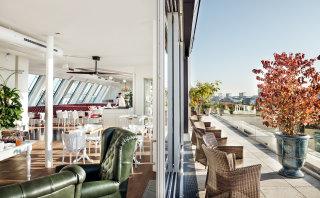 Sitzgelegenheiten und entspannte Atmosphäre in der Grand Etage und auf der Dachterrasse.