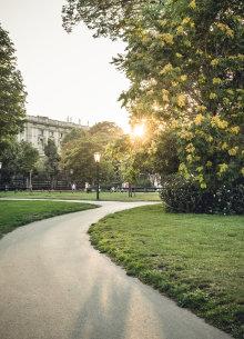 Spazierweg durch den Park vor dem Kunsthistorischen Museum in Wien zur Abenddämmerung.