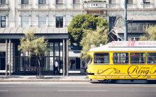 Gelbe Straßenbahn auf der Ringstraße.