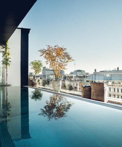 Der hoteleigene Pool auf der Dachterrasse mit Blick auf die Ringstraße.