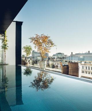 Rooftop Pool mit Ausblick auf die Ringstraße.