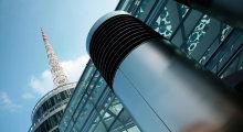 Außenansicht der Messe Wien mit Glasfassade und Metallturm.