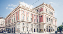 Außenansicht auf das Wiener Konzerthaus mit kunstvoll gestalteter Fassade.