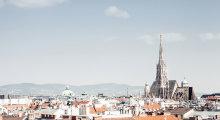 Panorama von den Dächern Wiens und dem Stephansdom.