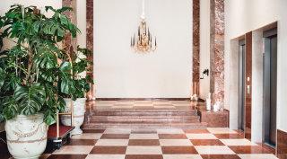 Die große Hotellobby des Grand Ferdinand, mit Lobmeyr Luster und Marmorboden.