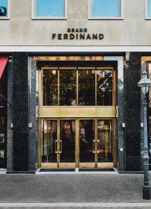 Der Eingang zum Grand Ferdinand mit goldenen Flügeltüren.