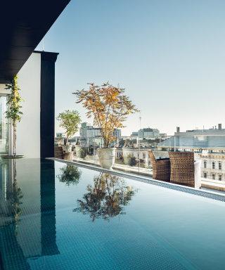 Pool auf der Dachterrasse mit Blick auf die Dächer Wiens.
