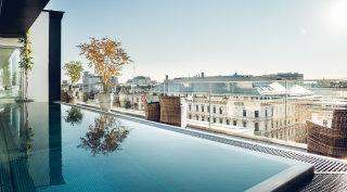 Atemberaubende Aussicht über Wien vom Rooftop Pool auf der Dachterrasse.