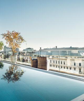 Baden über den Dächern Wiens im Rooftop Pool des Grand Ferdinand.