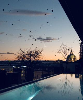 Blick über Wien am Abend vom Rooftop Pool im Grand Ferdinand.
