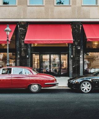 Roter Sportwagen vor dem Eingang zum Grand Ferdinand Restaurant.