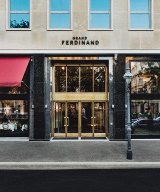 Der Hoteleingang des Grand Ferdinand Hotel mit goldener Flügeltür.