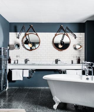 Designer Spiegel, Marmorablage und freistehende Badewanne im der Suite.