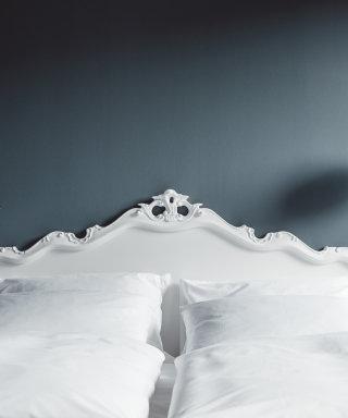 Weiche weiße Bettwäsche am Kingsize Doppelbett.