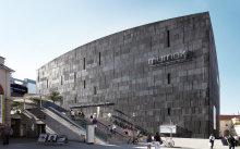 Das Mumok, ein graues, rechteckiges Gebäude im MuseumsQuartier.