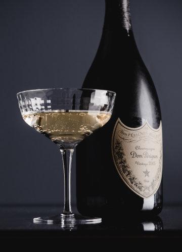 Eine Flasche Dom Pérignon mit Champagner im Glas.