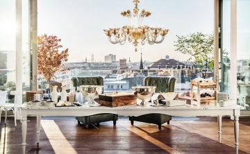 Frühstücksbuffet mit Aussicht auf die Dächer Wiens in der Grand Étage.