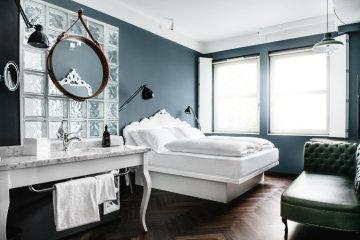 Geräumiges Standard Zimmer mit Kingsize-Bett und kontrastreichen Dekoelementen.