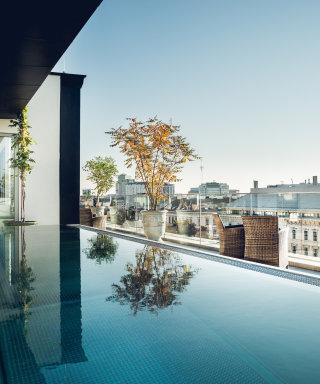 Herrliche Aussicht über Wien vom Rooftop Pool auf der Dachterrasse.