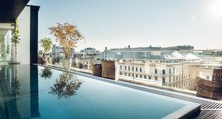 Rooftop Pool mit Blick auf die Ringstraße in Wien