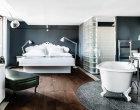 Großzügige Suite mit edlen Holzdielen und Terrazzoboden.