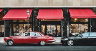 Der Jaguar von Niki Laudas Großvater abfahrbereit vor dem Grand Ferdinand.